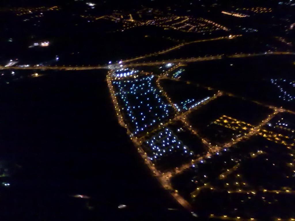 Foto aérea nocturna de la urbanizacion y alrededores